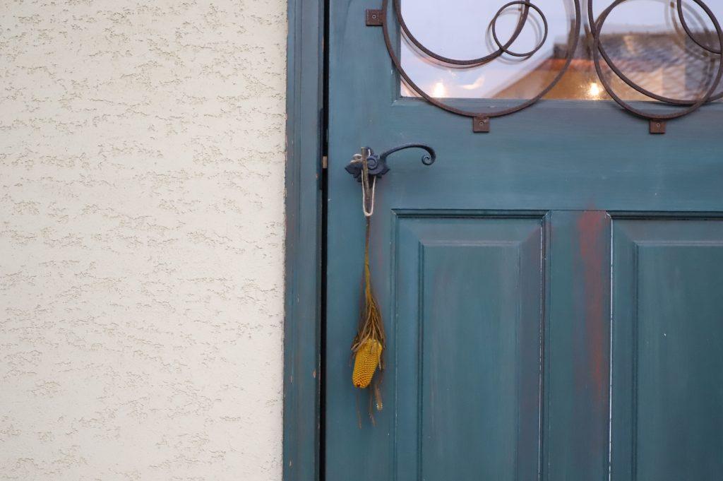 玄関のドアに掛けて飾るドライフラワー