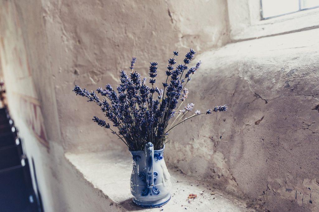 ラベンダーのドライフラワーと花瓶